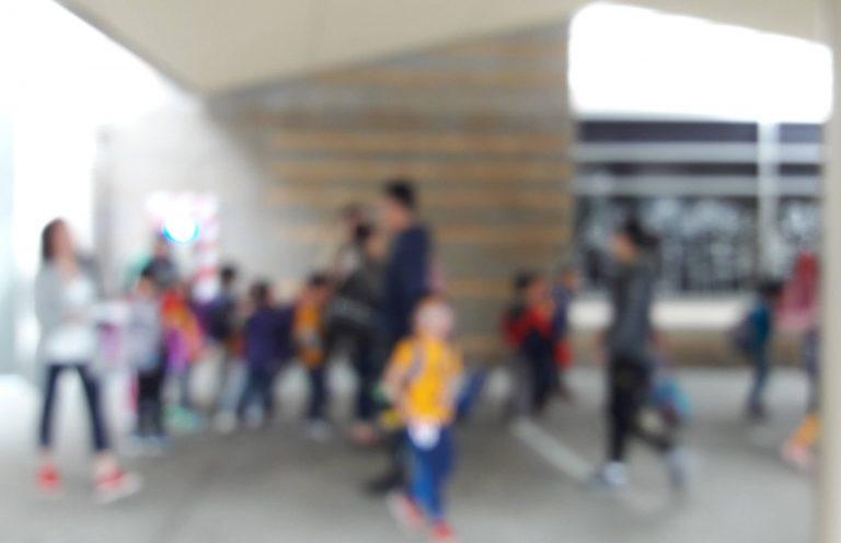 crianças a aguardar transporte